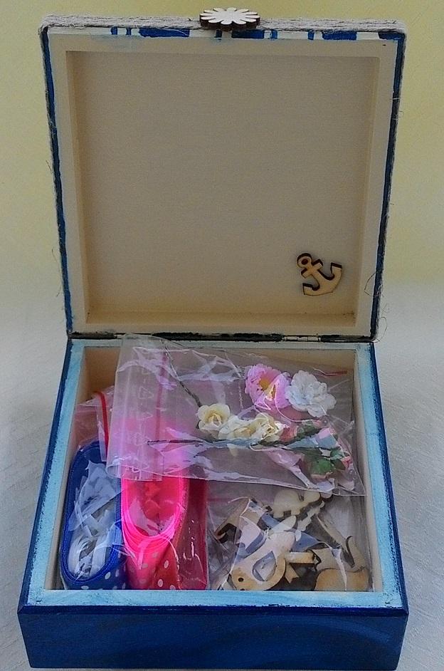 pudełko na przydasie wypełnione po same brzegi