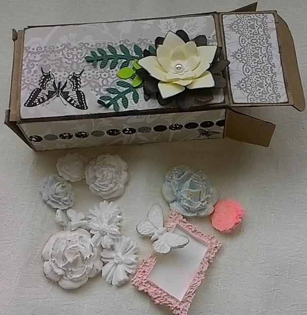 pudełeczko pełne drobiazgów z masy plastycznej kwiatki i motylki